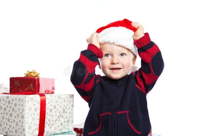 Junge mit Weihnachtsgeschenk stockbilder