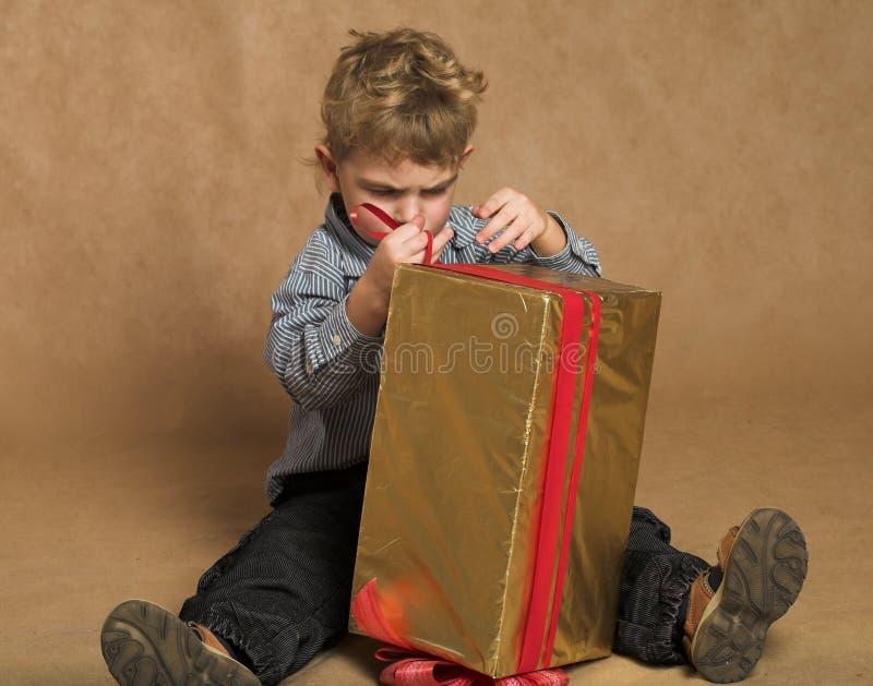 Junge mit Weihnachtsgeschenk lizenzfreies stockbild