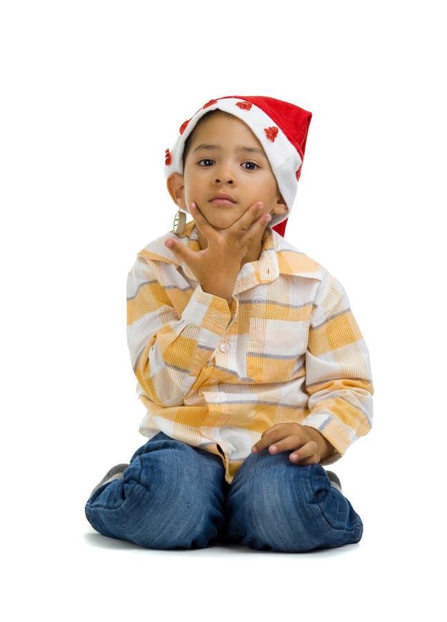 Junge mit Weihnachtsmann-Hut lizenzfreies stockfoto