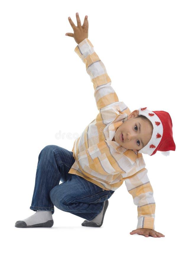 Junge mit Weihnachtsmann-Hut lizenzfreie stockbilder