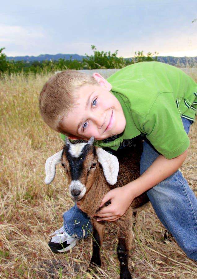 Junge mit Ziege stockfotografie