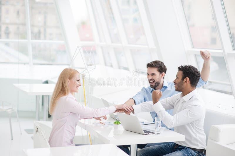 Junge Mitarbeiter, die Gedankenaustausch im modernen Büro haben lizenzfreies stockfoto