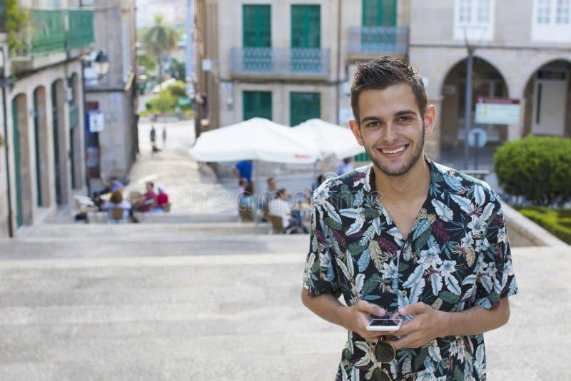 Junge Mode mit Handy stockbild
