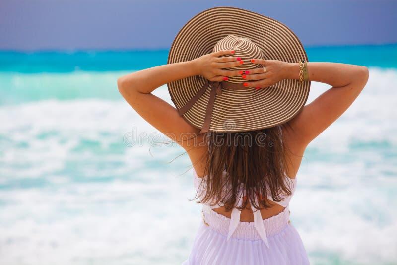 Junge Modefrau entspannen sich auf dem Strand stockbilder