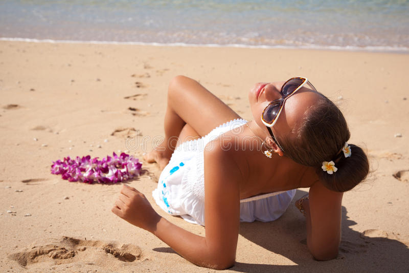 Junge Modefrau entspannen sich auf dem Strand, Sonnenanbeter stockfotografie