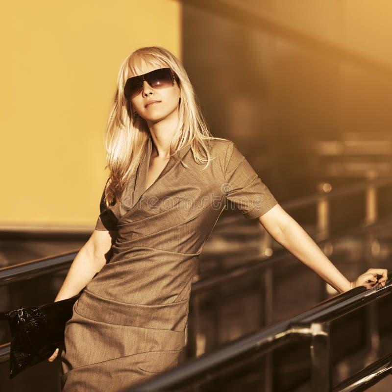 Junge ModeGesch?ftsfrau in der Sonnenbrille am B?rogeb?ude lizenzfreies stockfoto