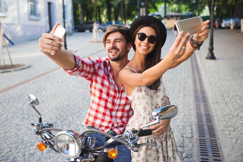 Junge Modepaare, die selfie Foto machen lizenzfreie stockfotos