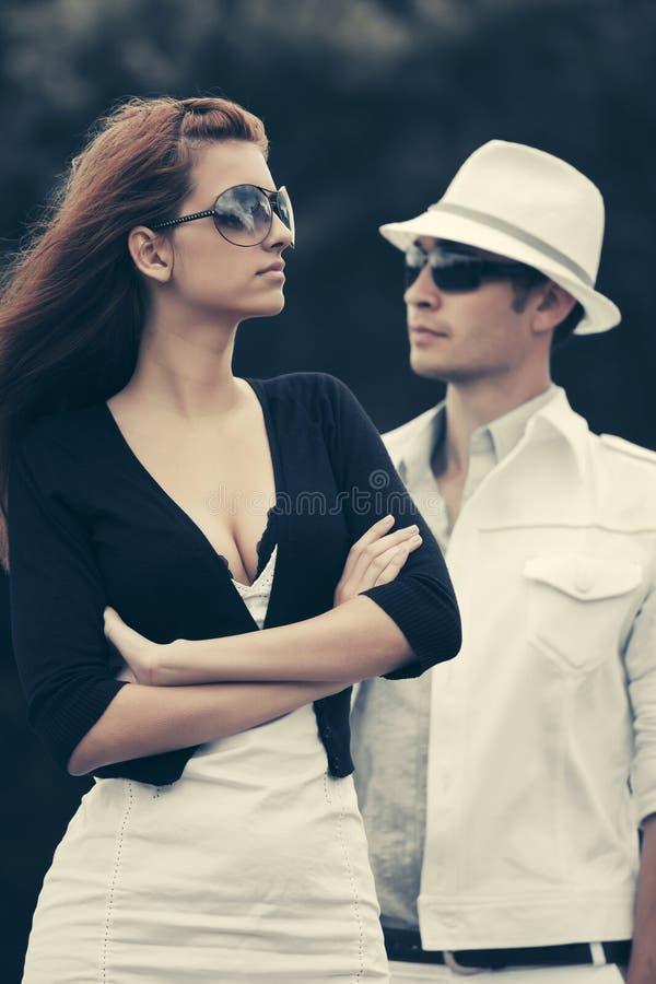 Junge Modepaare im Konflikt im Freien stockbilder