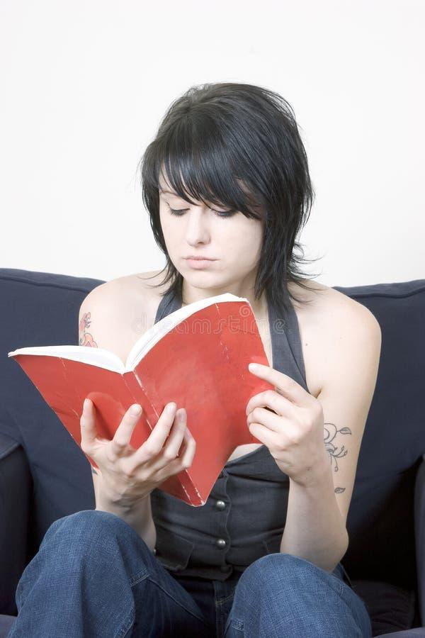 Junge modische Frau, die ein Buch liest lizenzfreie stockbilder