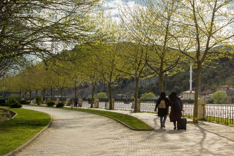 Junge moslemische Frauen im Stadtpark lizenzfreie stockbilder
