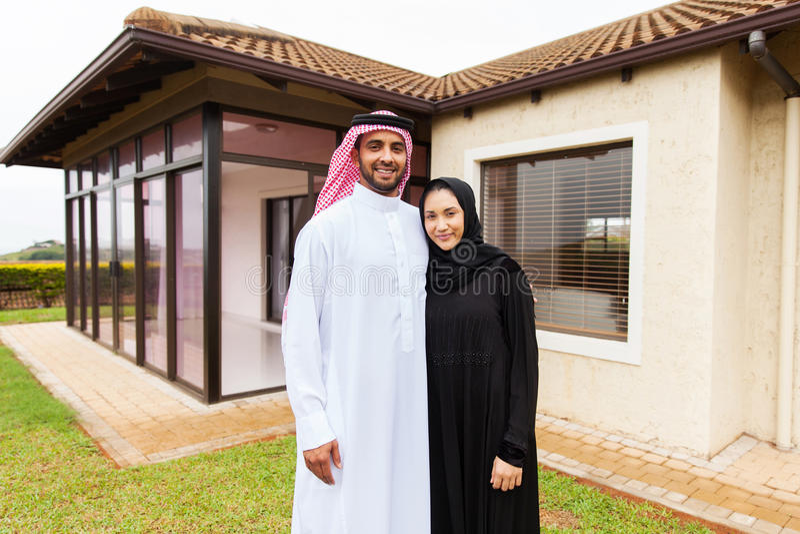 Junge moslemische Paarstellung lizenzfreie stockbilder