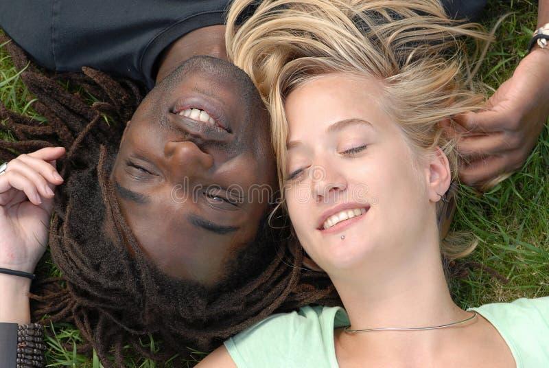 Junge multi-racial Paare lizenzfreie stockfotos