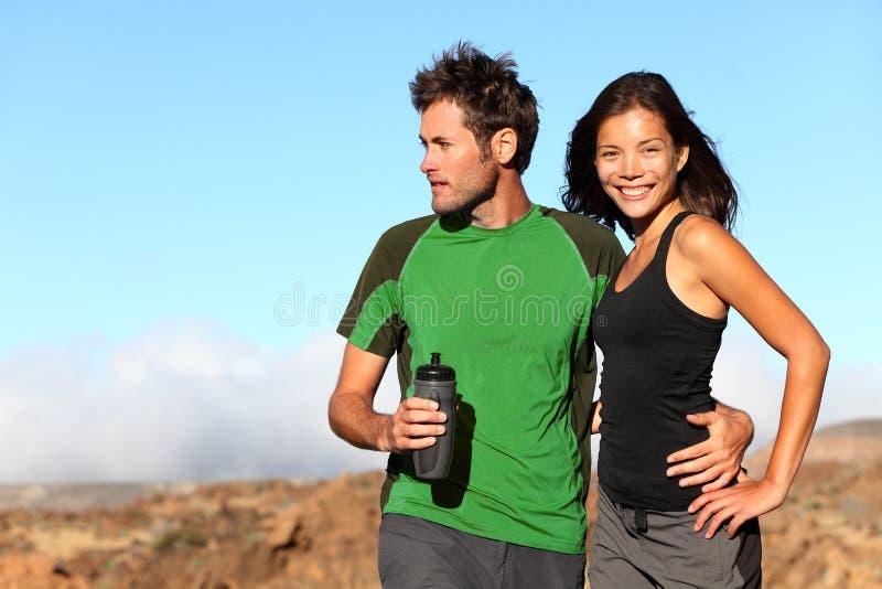 Junge multikulturelle Paare draußen lizenzfreie stockfotos
