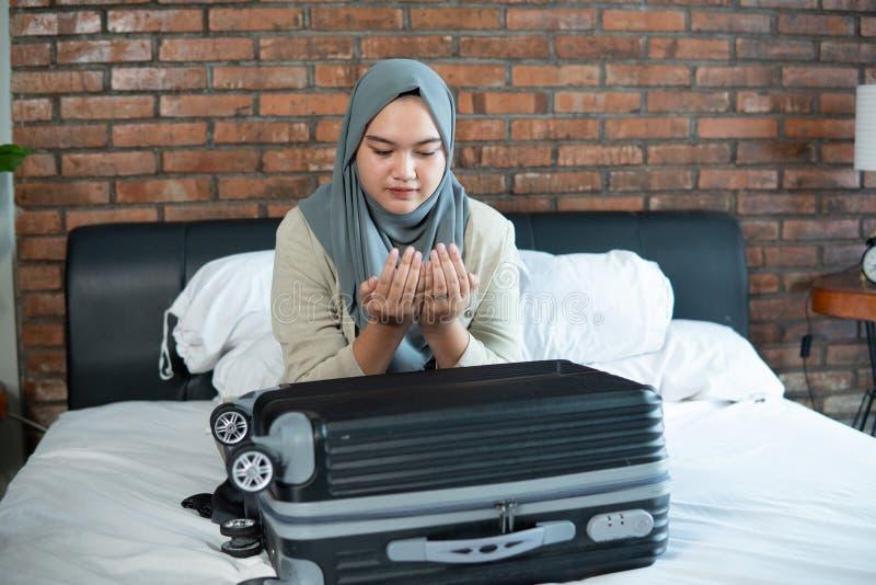 Junge muslimische Frau betet zu Hause für Allah stockfotos
