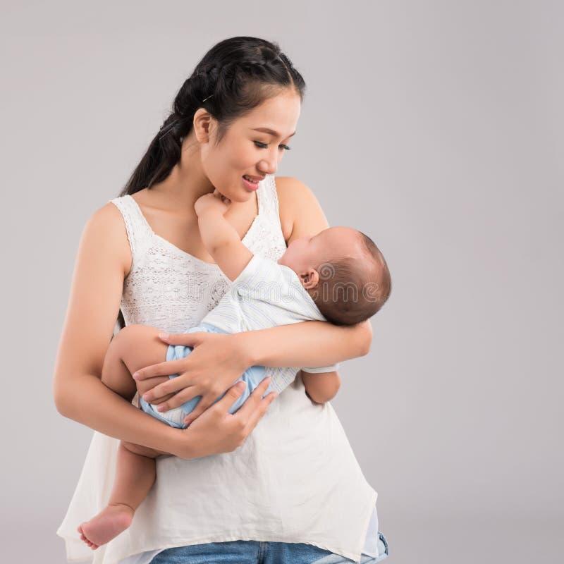 Junge Mutter lizenzfreies stockbild