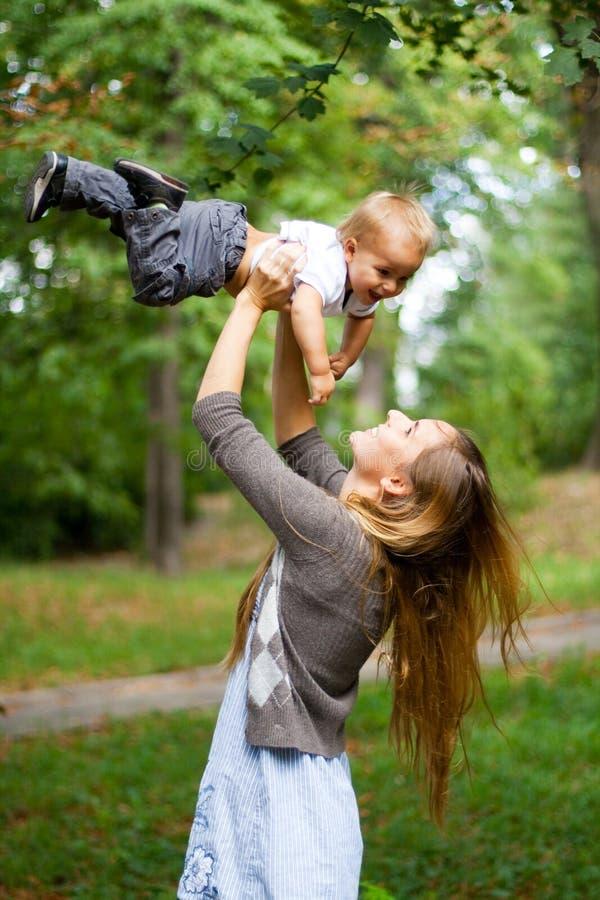 Junge Mutter der Schönheit mit Sohn lizenzfreie stockfotos