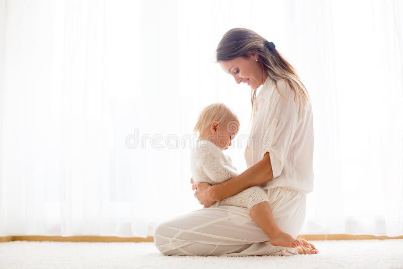 Junge Mutter, die ihr Kleinkindbaby stillt lizenzfreies stockbild