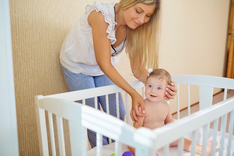 Junge Mutter, die mit Schätzchen spielt stockbilder