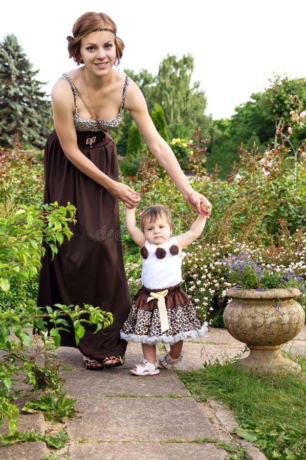 Junge Mutter, die mit Tochter geht lizenzfreie stockbilder