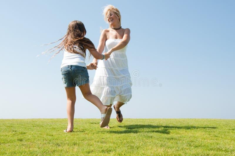 Junge Mutter, die mit Tochter spielt lizenzfreies stockfoto