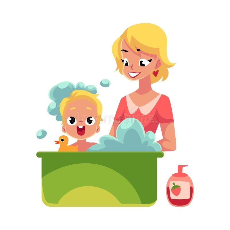 Junge Mutter, die voll ihr Baby in der Badewanne Schaum wäscht lizenzfreie abbildung