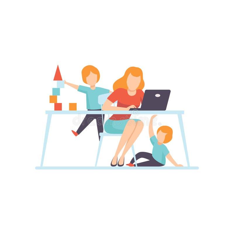 Junge Mutter, die zu Hause an Laptop-Computer, ihre Söhne spielen nahe bei ihr, Freiberufler, Elternteil-Funktion mit Kindern arb stock abbildung