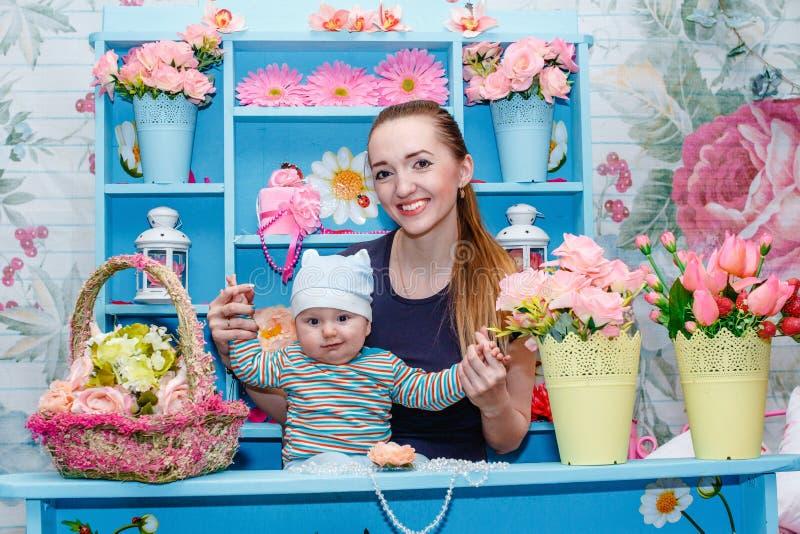 Junge Mutter mit Baby in ihren Armen stockfotografie