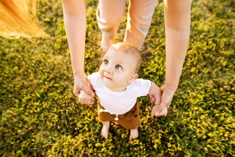 Junge Mutter mit ihrem Babysohn lizenzfreie stockbilder