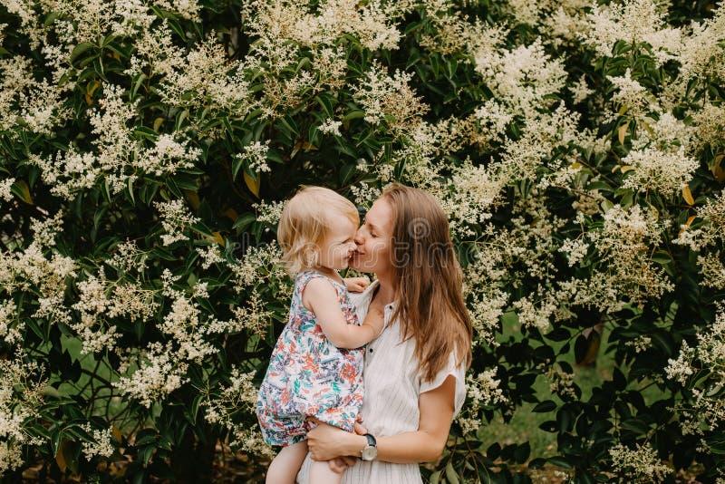 Junge Mutter mit kleinem Mädchen lizenzfreie stockfotos