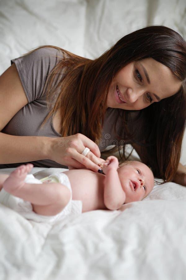 Junge Mutter mit neugeborenem Schätzchen. lizenzfreies stockbild
