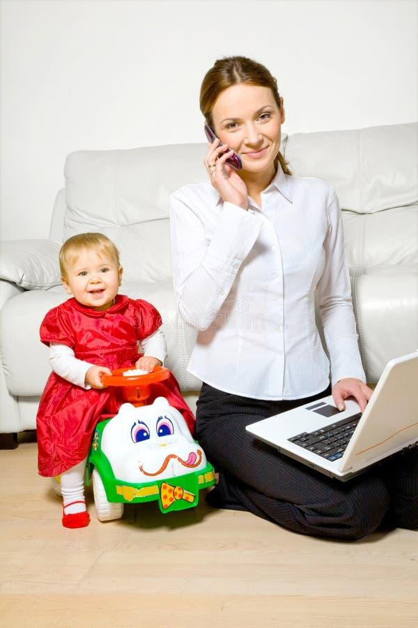 Junge Mutter mit Schätzchen stockfotos