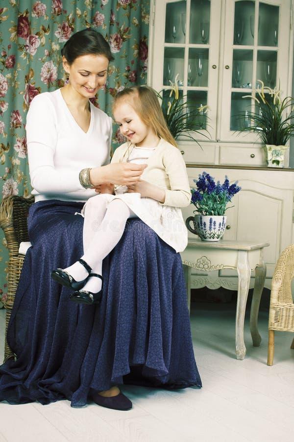 Junge Mutter mit Tochter an der Luxushauptinnenweinlese stockfotos