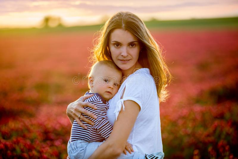 Junge Mutter, umfassend mit Weichheit und interessieren sich ihr Kleinkind bab stockfoto