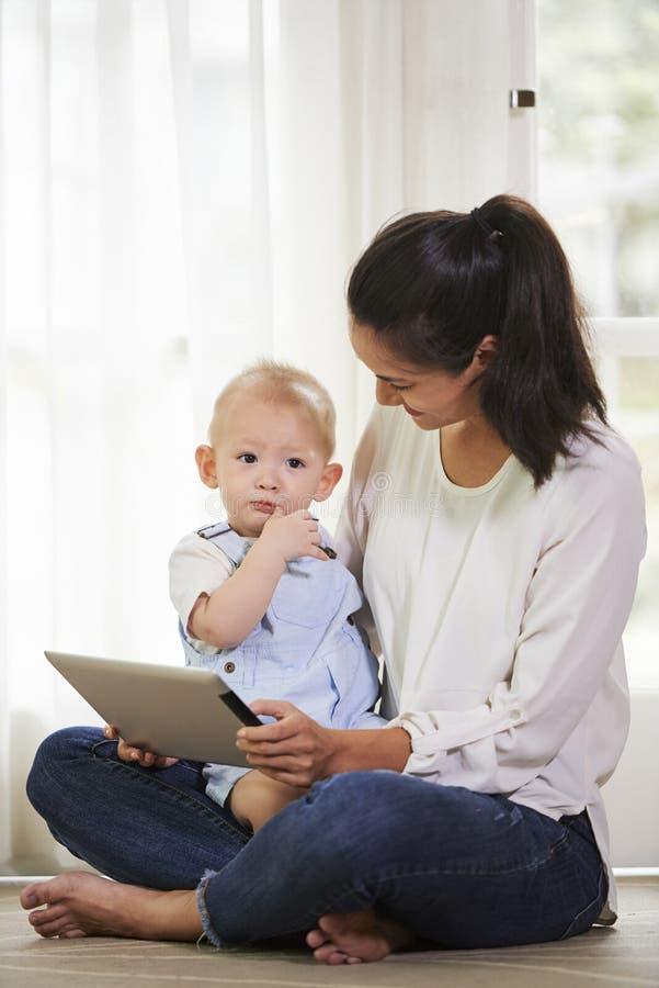 Junge Mutter und ihr Kind lizenzfreie stockfotografie