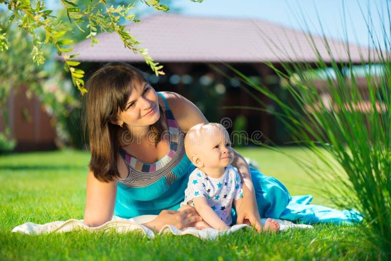 Junge Mutter und ihr kleiner Sohn lizenzfreies stockfoto