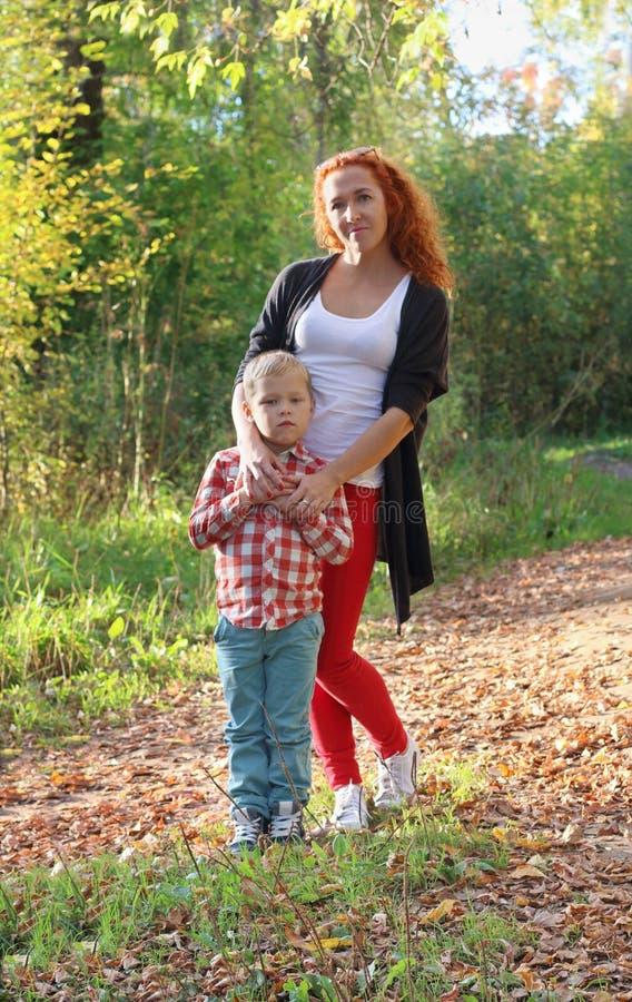 Junge Mutter und ihr kleiner Sohn stockfotografie