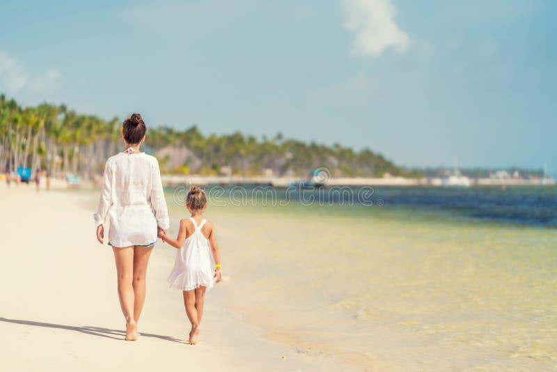 Junge Mutter und kleine Tochter, die den Strand in der Dominikanischen Republik genie?t stockfoto
