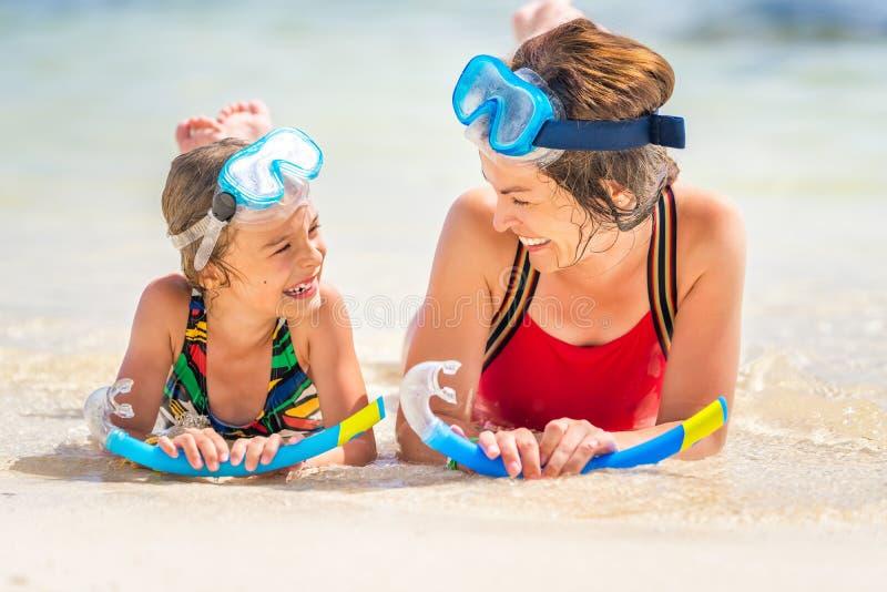 Junge Mutter und kleine Tochter, die den Strand in der Dominikanischen Republik genie?t stockbilder