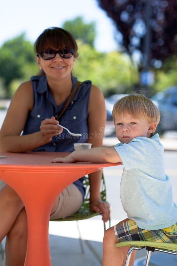 Junge Mutter und Sohn, die Eiscreme isst lizenzfreies stockbild