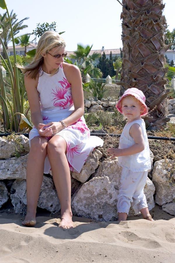 Junge Mutter und Tochter auf Strand in Spanien stockfoto