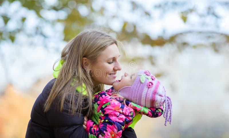 Junge Mutter und Tochter, die Spaß draußen hat lizenzfreie stockbilder