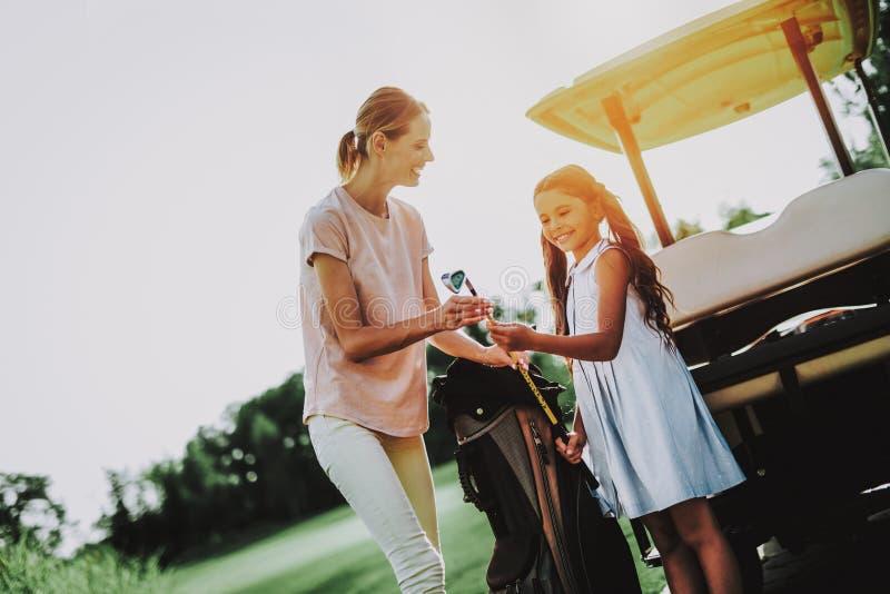 Junge Mutter und Tochter mit Warenkorb auf Feld stockbild