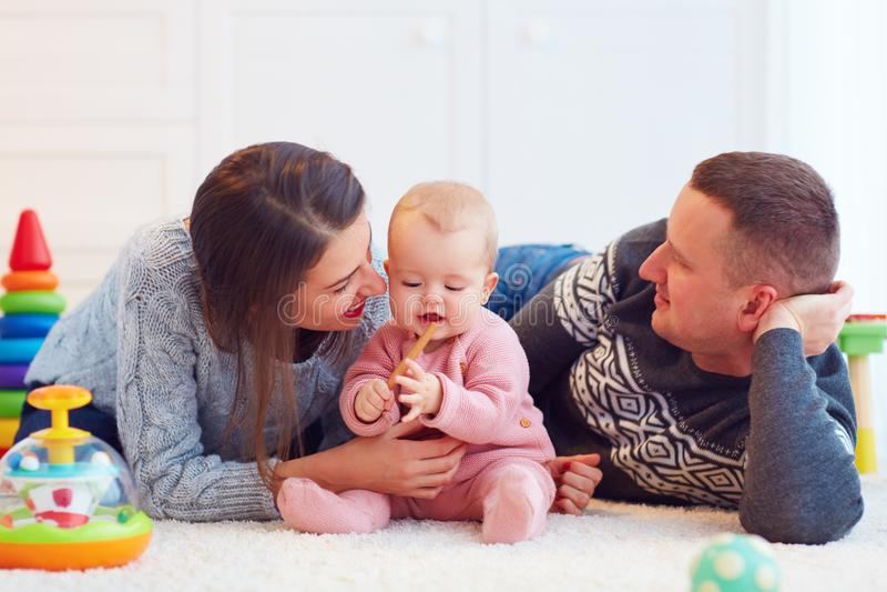 Junge Mutter und Vater, die zusammen mit Säuglingsbaby, Familienspiele spielt lizenzfreie stockbilder