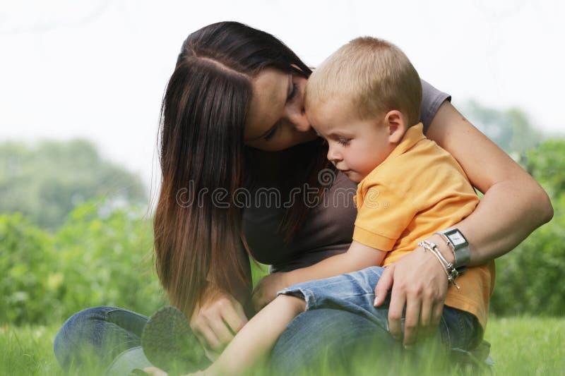 Junge Mutterholding ihr netter kleiner Sohn. stockbild