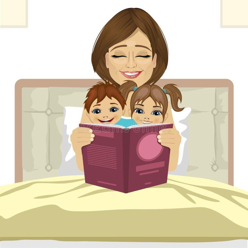 Junge Mutterlesegeschichtengeschichte zu ihren Kindern, die zusammen auf Bett sitzen stock abbildung