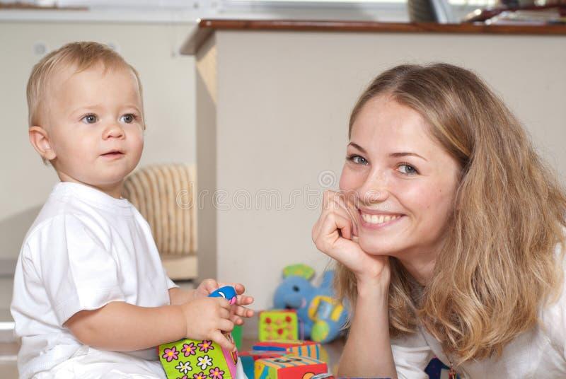 Junge Mutterspiele mit ihrem Sohn lizenzfreie stockfotos