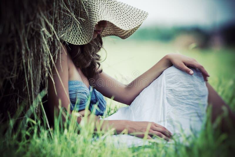 Junge nachdenkliche Frau lizenzfreie stockbilder