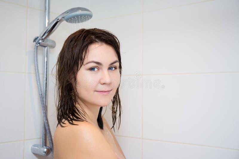 29 Junge Nackte Frau Der Dusche Fotos - Kostenlose und