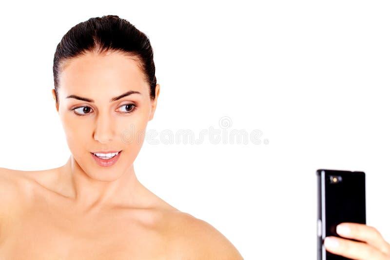 Junge nackte Frau, die selfie nimmt stockbild
