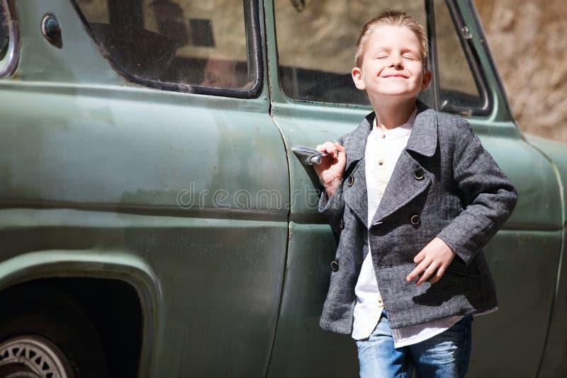Junge nahe Auto stockbild